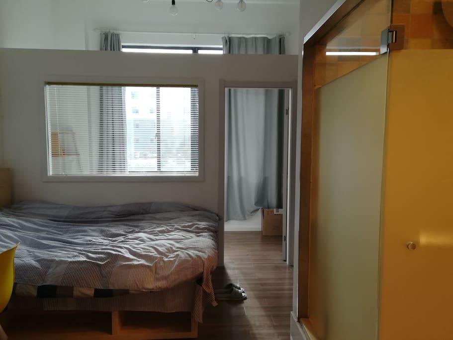 1.5米大床,隔出的小书房,灯暖浴室。
