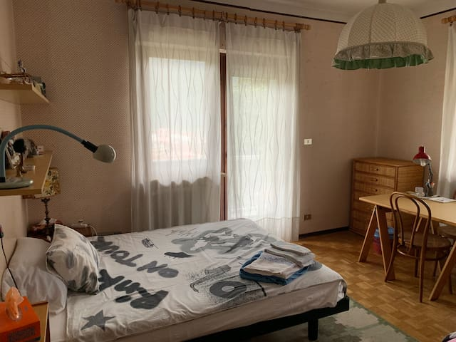 Room #2: queen bed + sofa bed, access to balcony, large desktop