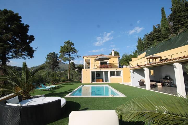 Sur Nice, belle villa au calme
