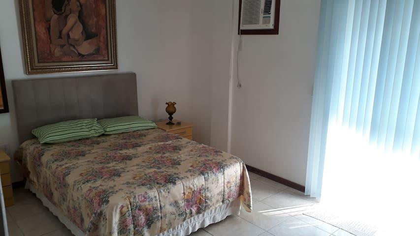 Suite com sacada em Meia Praia - Itapema (SC)