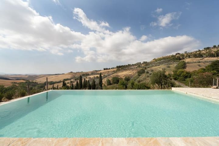 Splendid swimming pool with infinity edge