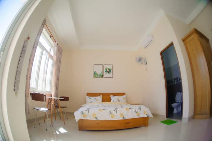 Super gorgeous room with balcony (4 mins to sea)