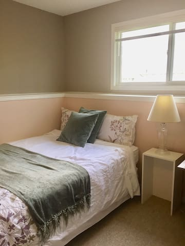 Beautiful Room in All Female Home- Summer Discount