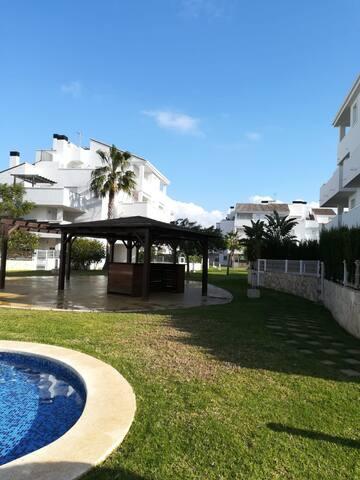 Apartamento con piscina junto a la playa.