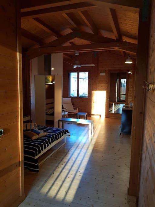 Ampio spazio interno al cottage con ingresso indipendente e terrazza esterna