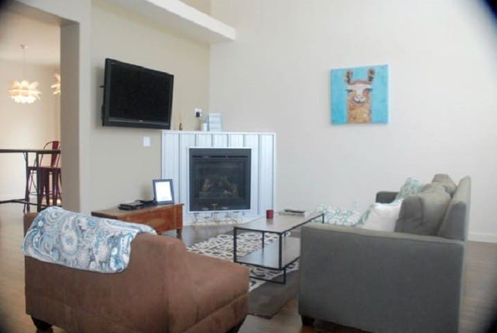 Private Rm & Bth in 3Bd/3.5Ba Townhome main level