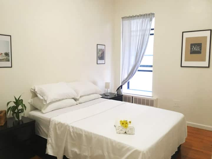 Large Room two min walk to Express A-Train w/WiFi