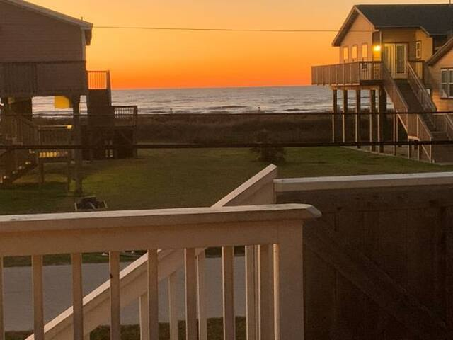 VIEWS! Beachside, 2nd row, 4 bedrooms, Sleeps 12