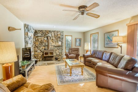 Family-friendly home w/ a beautiful yard & deck - close to the lake & ski slopes
