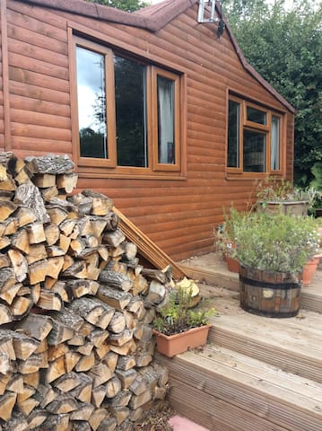 Cosy wooden cabin nestled in Severn valley