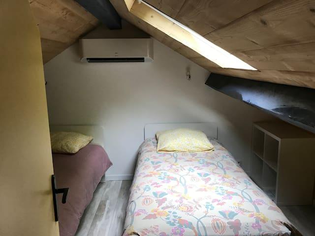Chambre a l etage avec deux lits 90/200 , a cote de la Chambre toilette a l etage