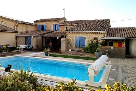 Maison en pierre avec piscine privée, en campagne