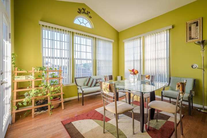 Bright and sunny front room - Berea - Casa