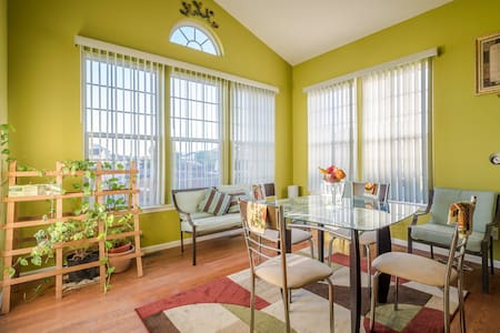 Bright and sunny front room - Berea - บ้าน
