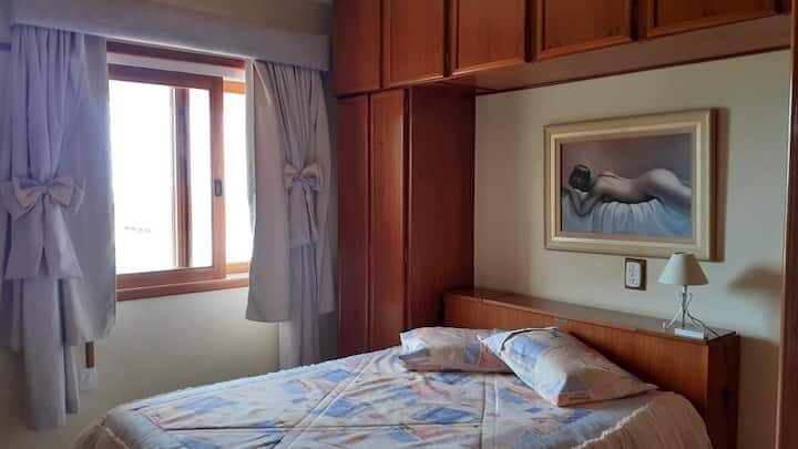 Quarto na praia! Comodidade de um quarto com ar condicionado, frigobar e TV Smart com canais SKY e banheiro com secador de cabelos e toalheiro térmico.