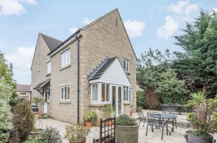 Spacious Cotswold house in the heart ofthe village