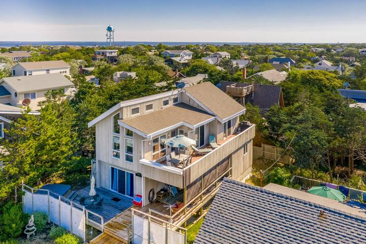 Stunning home w/ partial ocean views, spacious deck & outdoor shower- free wifi
