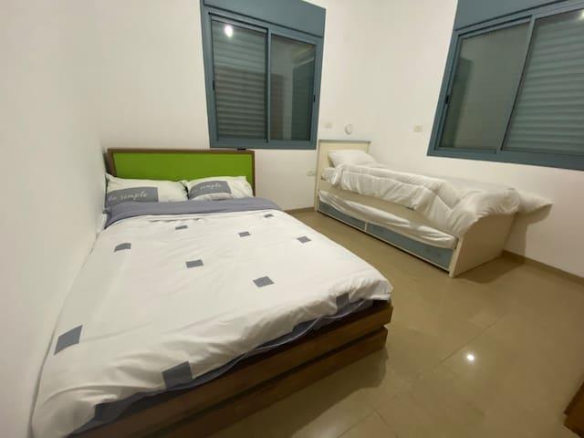 חדר ילדים מיטה וחצי ומיטת חבר