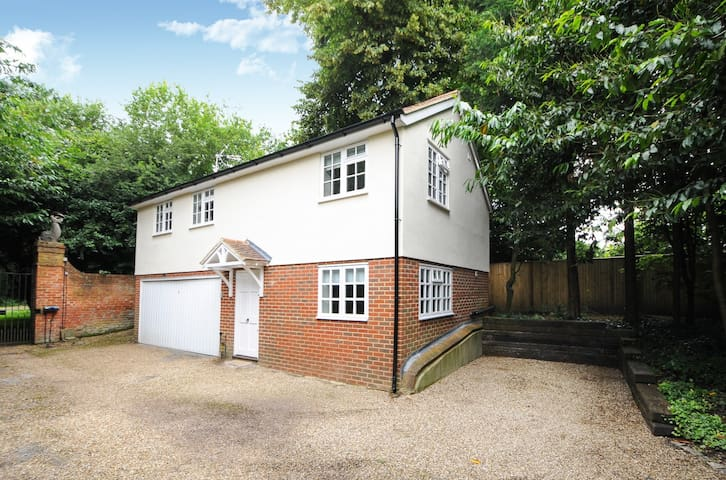 TWO BED COTTAGE ENGLEFIELD GREEN VILLAGE #TGH - Englefield Green
