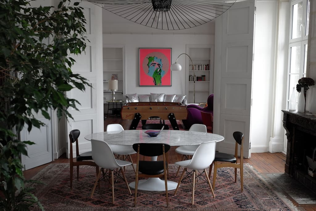 "La salle à manger, et derrière le salon, vus depuis la cuisine (avec le Baby Foot en plus). The dining room and behind the living room, seen from the kitchen (with the ""Baby Foot"" on this picture)."