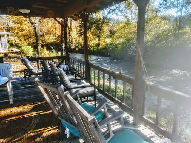Charming creekside cottage next to National Park!!