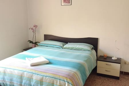 BRIGHT ROOM IN THE CENTER - Brescia - Apartamento