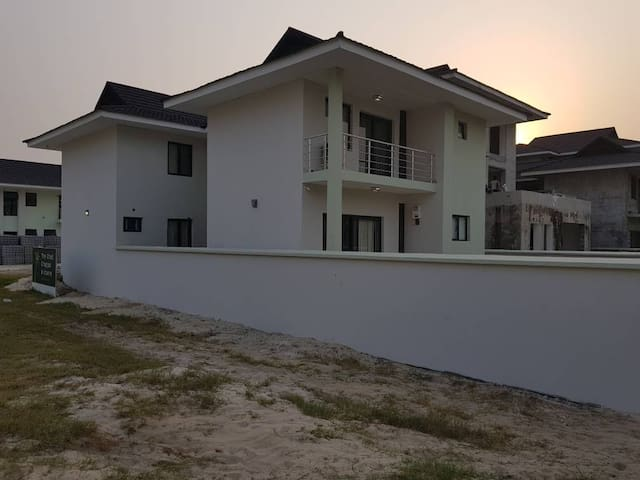 Four bedroom Villa inside Lakowe Lakes Golf Estate
