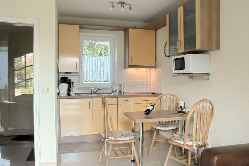 Moderne Nolte-Küche mit 3*Kühlschrank,Cerankochfeld mit Dunstabzug, Backofen, Mikrowelle und Kaffeemaschine, Essplatz