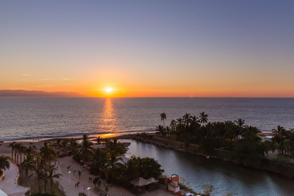 Sunset views from the balcony!  Vista del puesto del sol del balcon!