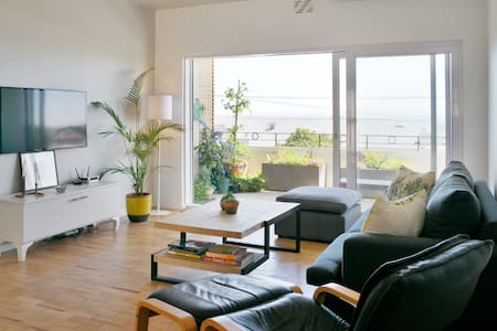Sunny, Modern Apartment with a View - ケープタウン - アパート