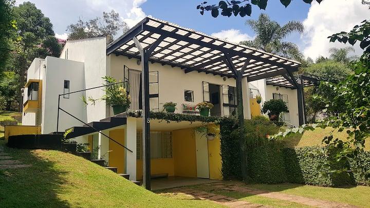 Casa moderna e integrada à natureza em condomínio