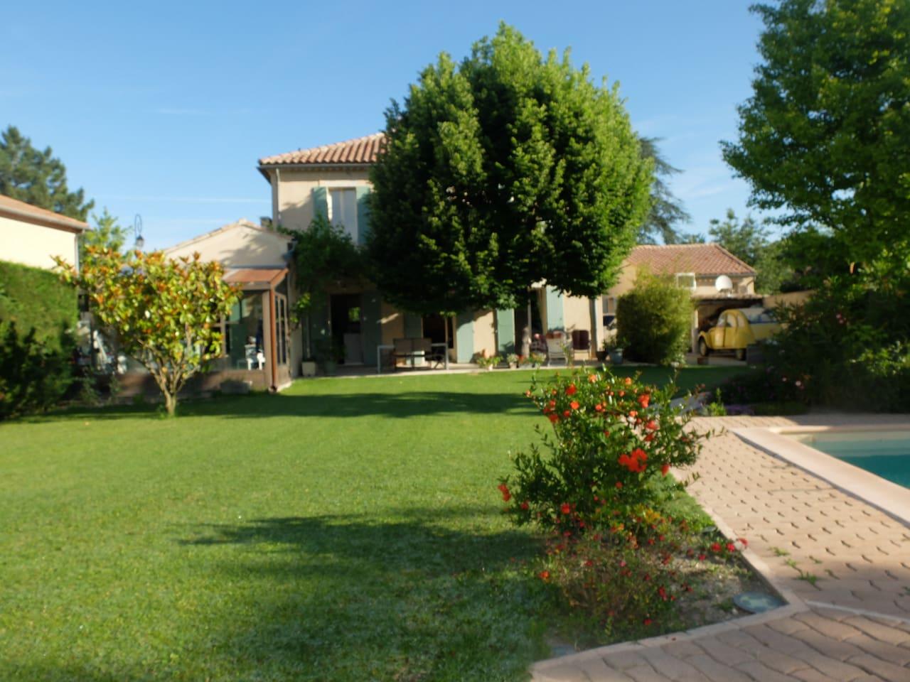 La maison côté jardin avec sa piscine