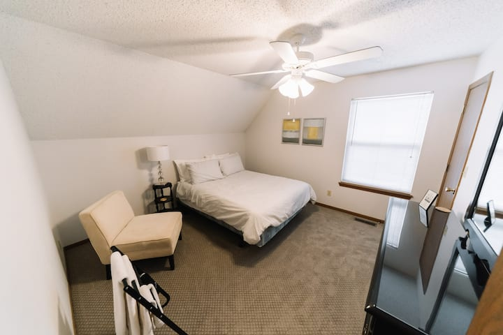 ★GREAT LOCATION★Spacious  Sanitized Queen Bed★