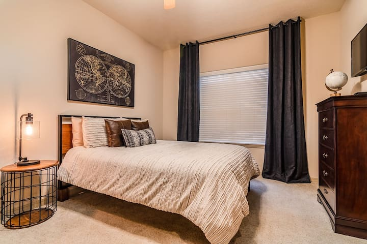 Spare bedroom on the main level w/ a queen bed, flat screen TV, & large closet!