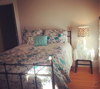 Sunny, quiet room, walk to Brown & RISD! - Providence