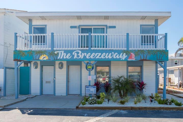The Breezeway- Beach Bungalow- 2 min walk to Beach