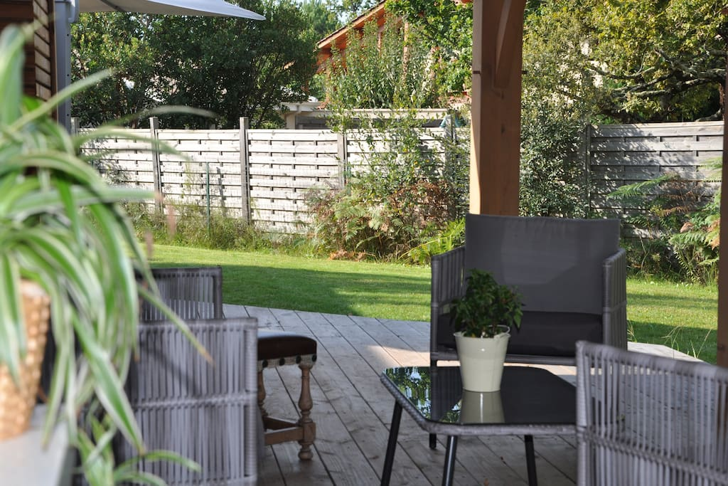 Terrasse détente sous porche.