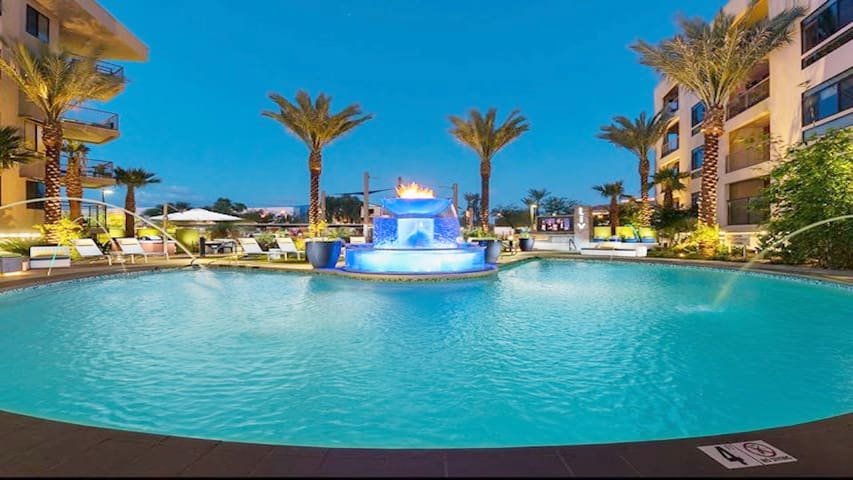 Rooftop Deck✔Resort Pool✔WALK to Dining & Shopping