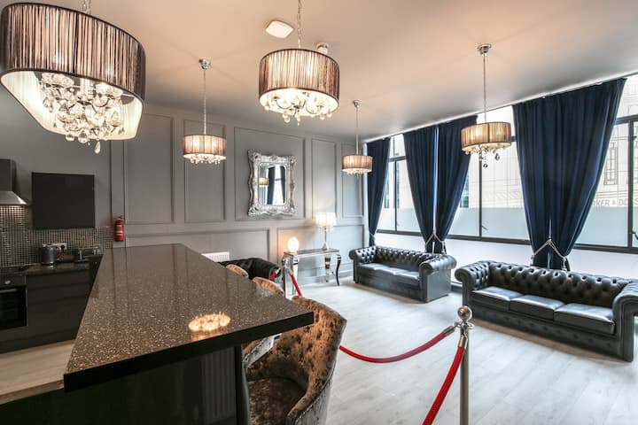The V.I.P Suite - City CTR! Sleeps  24 private bar