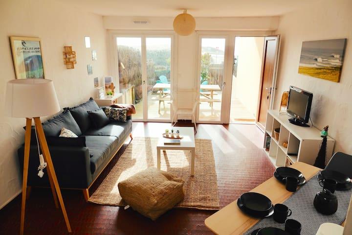 Appartement tout confort, avec sa terrasse plein sud et son accès direct à la plage.