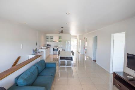 3 Bedroom Apartment / Spence St - Bungalow - Apartament