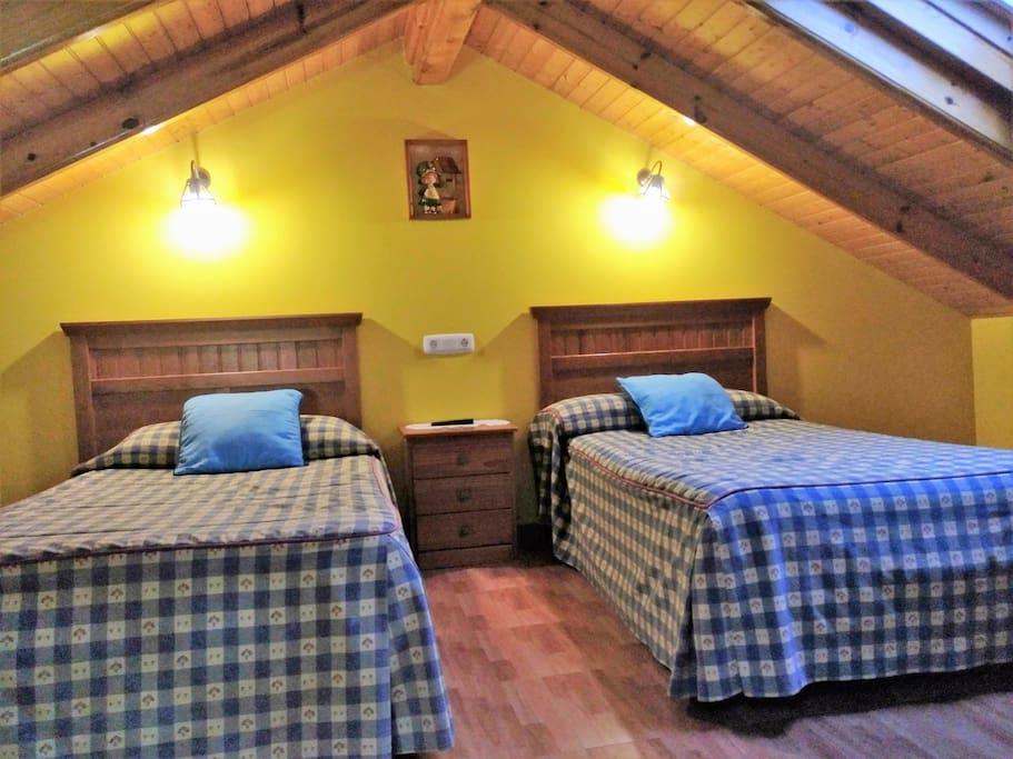 Habitacion 2 camas y sofa