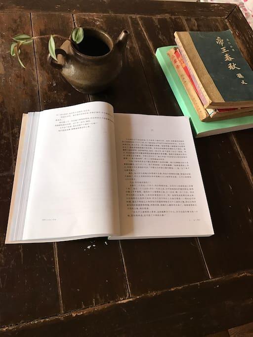 民国时期的小方桌放几本书闲来读几页