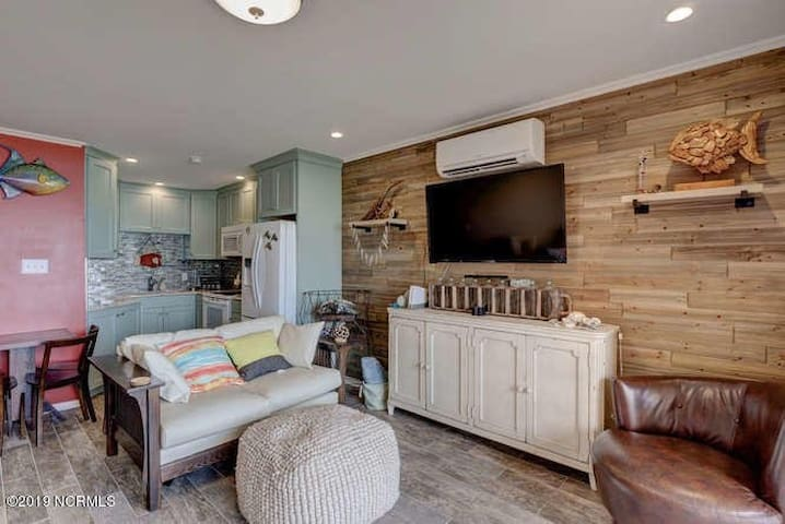 Sailaway Cove: Modern Oceanfront Condo with pool