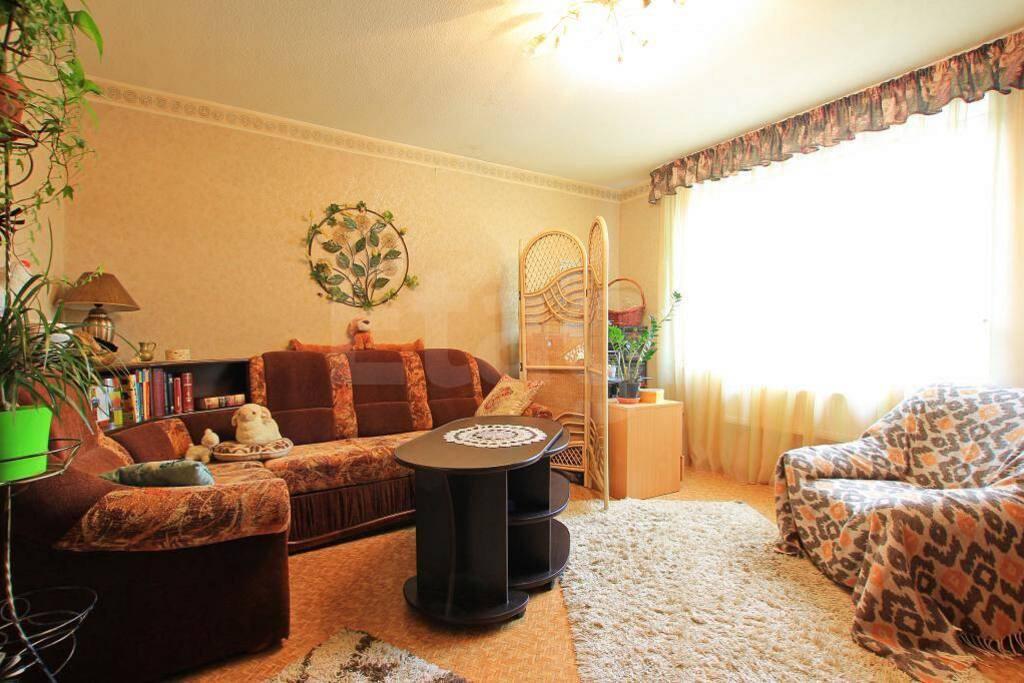 Светлая гостиная с угловым раскладывающимся диваном