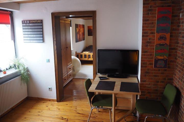 Tisch und TV im vorderen Zimmer