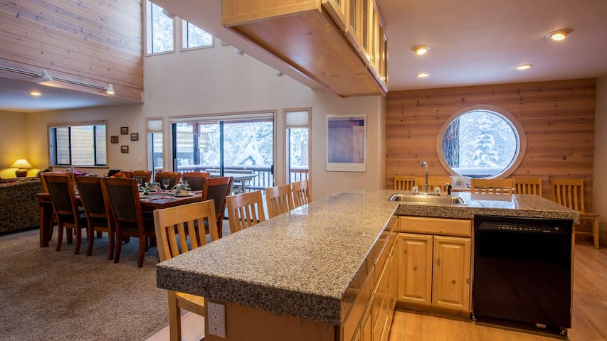 Serene 5 Bedroom Private Home Mile Away from Skiing - Truckee - House
