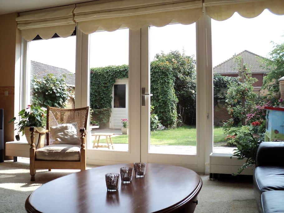 Uitzicht vanuit de woonkamer op de tuin