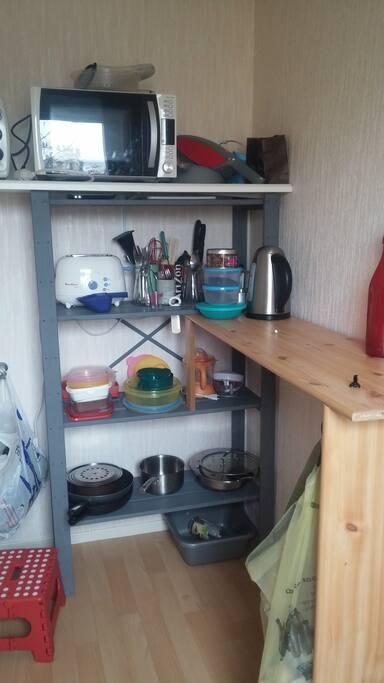 La cuisine est plutôt spacieuse pour un appartement de cette taille et dispose du petit électroménager !