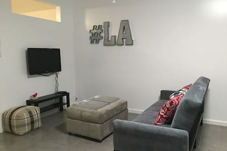NEW Modern Central NoHo Studio - Los Angeles